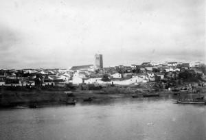 Vista desde el rio.Puente de barcas